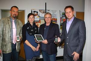 So einfach geht's: ehs-Verlags-Geschäftsführer RaikWilke (r.) und Vertriebsmitarbeiter Carsten Model (I.) zeigen Nicole Pieper und Michael Standke den Cityguide, die neue App für Stendal.