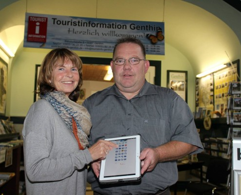 Die App kommt an. Marina Conradi, Leiterin der Touristinformation Genthin, lässt sich von Steffen Frank die Features des Cityguides für das Jerichower Land zeigen.