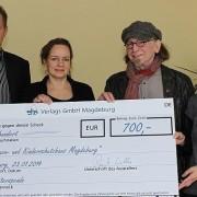 Das Magdeburger Frauenhaus ist immer für Spenden dankbar: Hans Strecker und Einrichtungsleiterin Surki Stubbs nehmen von ehs-Geschäftsführer Raik Wilke (l.) und Mitarbeiterin Conny Heise (r.) den symbolischen Spendenscheck über 700 Euro entgegen.